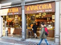 Restaurante de la calle con la comida siciliana en Pavía imagenes de archivo