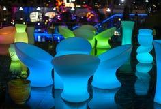 Restaurante de la noche, luz de los muebles que brilla intensamente Foto de archivo libre de regalías