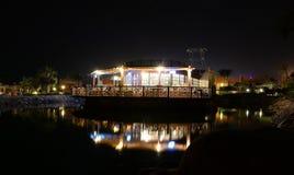 Restaurante de la orilla del agua en la noche Fotos de archivo libres de regalías