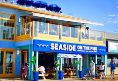 Restaurante de la playa en el embarcadero foto de archivo