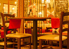 Restaurante de la tarde en el centro de ciudad que aguarda para los visitantes Foto de archivo libre de regalías