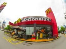 Restaurante de los alimentos de preparación rápida de Mcdonald en la visión granangular foto de archivo libre de regalías