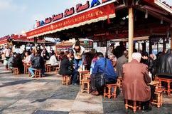 Restaurante de los kebabs de la caballa en el distrito de Eminonu Fotos de archivo