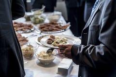 Restaurante de lujo interior de la comida de la comida fría del abastecimiento del grupo de la gente con la carne y la ensalada Fotos de archivo libres de regalías