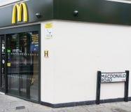 Restaurante de mcdonald na estrada de McDonald imagens de stock royalty free