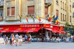 Restaurante de McDonalds em Piata Victoriei, Timisoara, Romênia fotos de stock royalty free