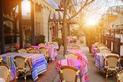Restaurante de moda en la puesta del sol fotografía de archivo