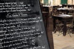 Restaurante de París con el menú Foto de archivo libre de regalías