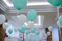 Restaurante decorado com branco e balões de turquesa fotografia de stock royalty free
