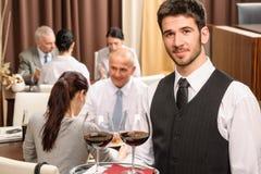 Restaurante del almuerzo de asunto de los vidrios de vino del asimiento del camarero Imágenes de archivo libres de regalías