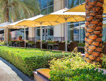 Restaurante del café del verano, un país turístico, las tablas al aire libre, Fotografía de archivo