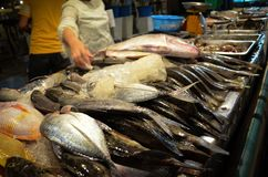 Restaurante del marisco en mercado callejero en la isla de Lipe, Tailandia foto de archivo