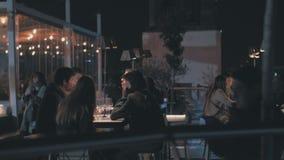 Restaurante del tejado con la gente en la noche Madrid, España metrajes