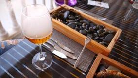 Restaurante do beira-mar Peixes nas rochas e no gosto da cerveja Movimento lento Close-up filme