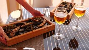 Restaurante do beira-mar Peixes nas rochas e no gosto da cerveja Movimento lento Close-up video estoque