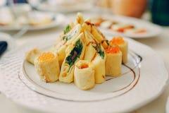 Restaurante do casamento com decorações e alimento imagem de stock royalty free