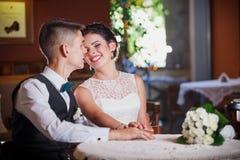 Restaurante do casamento do sorriso fotos de stock royalty free