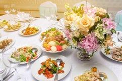 Restaurante do casamento e tabela de banquete decorada Fotografia de Stock Royalty Free