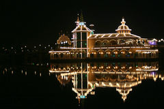 Restaurante do Nighttime em um lago Fotografia de Stock