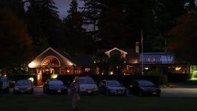 Restaurante do salão de chá da cena da noite em Stanley Park vídeos de arquivo