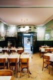 Restaurante do vintage - Cervejaria Le Cardinal em Neuchatel, Suíça fotografia de stock
