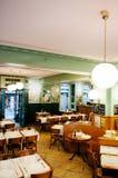 Restaurante do vintage - Cervejaria Le Cardinal em Neuchatel, Suíça imagem de stock