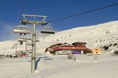Restaurante dos Skilifts e dos esquiadores Foto de Stock