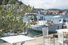 Restaurante e barco gregos típicos fotos de stock