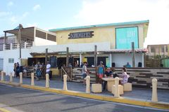 Restaurante e barra dos cavaleiros da placa em Luquillo Porto Rico fotos de stock