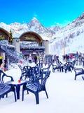 Restaurante e esquis na inclinação em Les Houches, recurso do inverno de Chamonix Fotos de Stock Royalty Free