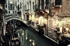 Restaurante e gôndola do vintage em Veneza na noite Imagem de Stock