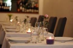 Restaurante elegante e moderno elegante em Amsterdão, os Países Baixos em Europa Assentos, tabelas e lâmpadas no hotel superior l fotos de stock royalty free