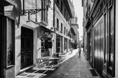 Restaurante em uma rua pequena na Bolonha foto de stock royalty free