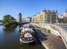 Restaurante en el barco en el embarcadero del río de Moldava en la ciudad vieja de Praga Imágenes de archivo libres de regalías