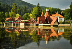 Restaurante en el lago Ciucas Foto de archivo libre de regalías
