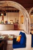 Restaurante en la atmósfera caliente del centro turístico isleño, madera, fabuloso colorido foto de archivo libre de regalías