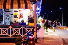 Restaurante en la ciudad en la noche de verano - Turquía de Cinarcik Fotos de archivo libres de regalías