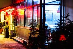 Restaurante en la ciudad en la noche de verano - Turquía de Cinarcik Foto de archivo