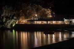 Restaurante en la playa en la noche Grecia fotos de archivo libres de regalías