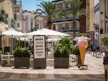 Restaurante en un cuadrado en Faro, Algarve, Portugal imagenes de archivo