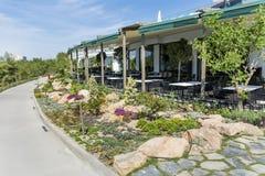 Restaurante exterior com jardim bonito imagens de stock