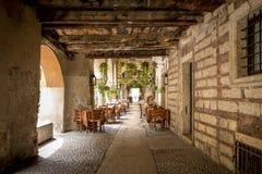 Restaurante exterior italiano na cidade de verona, Itália fotografia de stock