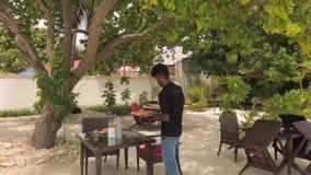 Restaurante exterior na ilha de Dhangethi, Maldivas Alimento novo do serviço do garçom Alimento e conceito da bebida vídeos de arquivo