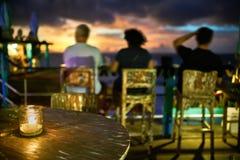 Restaurante exterior no estilo do balinese no fundo do mar do por do sol foto de stock