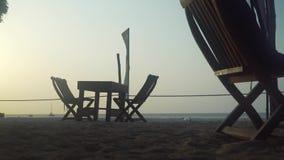 Restaurante exterior vazio do café na praia no por do sol filme