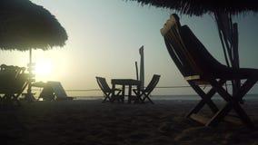 Restaurante exterior vazio do caf? na praia no por do sol vídeos de arquivo