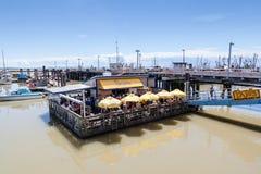 Restaurante flotante en el muelle del pescador del pueblo de Steveston en Ri Foto de archivo
