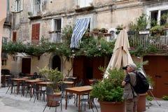 Restaurante idílico em um quintal em Tropea foto de stock