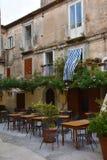 Restaurante idílico en un patio trasero en Tropea imagen de archivo libre de regalías