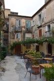 Restaurante idílico en un patio trasero en Tropea fotos de archivo libres de regalías